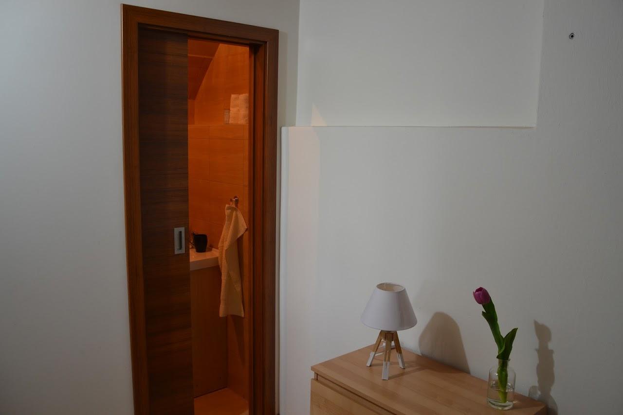 Pohled z ložnice do koupelny