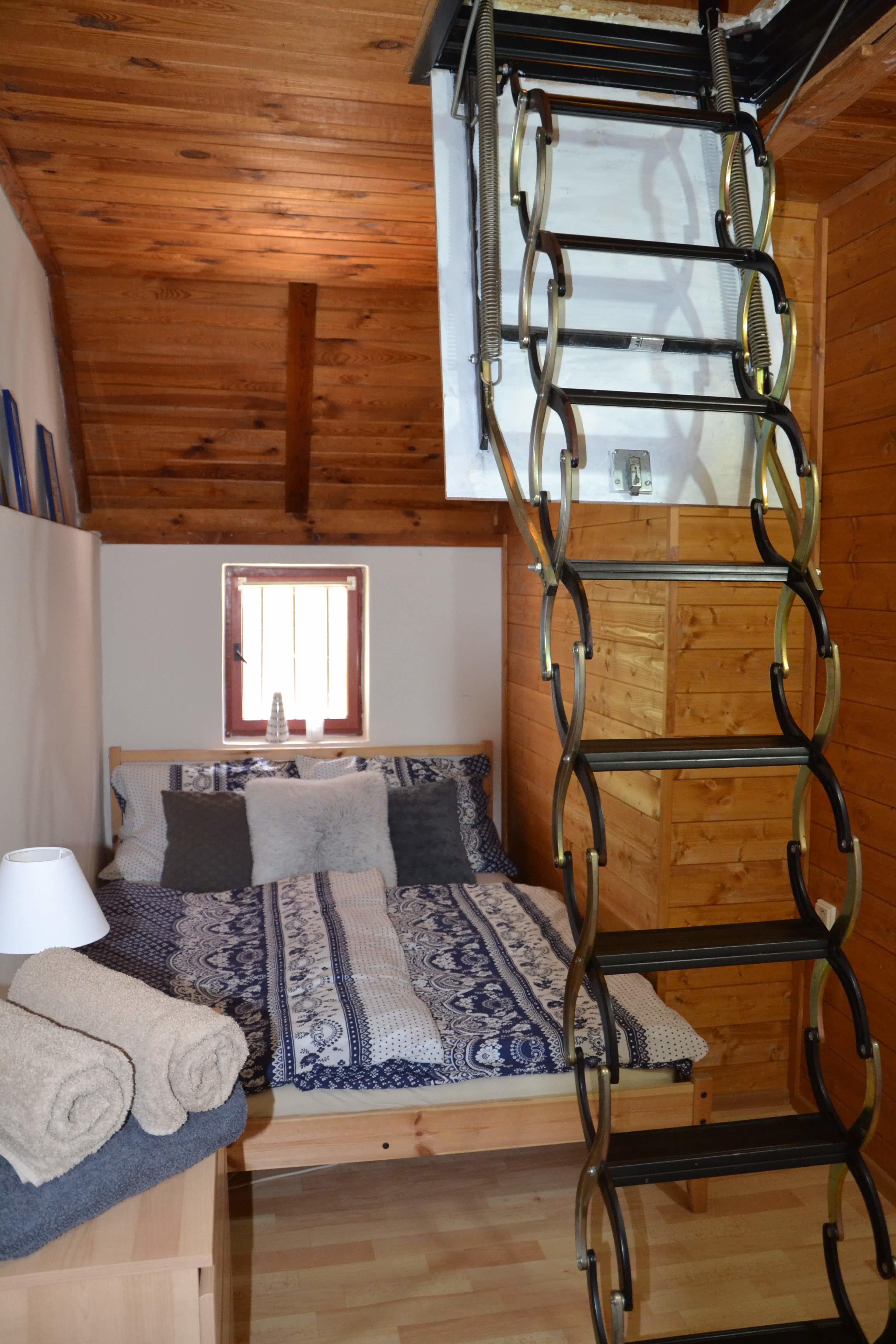 Ložnice v 1. patře se stahovacími schody do podkroví